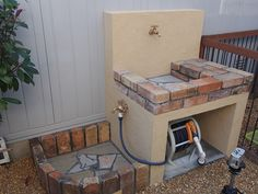 An outdoor kitchen can be an addition to your home and backyard that can completely change your style of living and entertaining. Outdoor Garden Sink, Outdoor Sinks, Small Backyard Gardens, Backyard Patio, Backyard Landscaping, Pallet Garden Walls, Brick Garden, Backyard Projects, Garden Projects