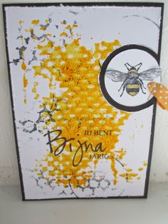 De gele achtergrond is gemaakt door acrylverf op een behang monster aan te brengen en hiermee een afdruk op het witte papier te maken. Na droging heb ik hier en daar een stukje van de honingraat stempel afgedrukt met zwarte inkt.