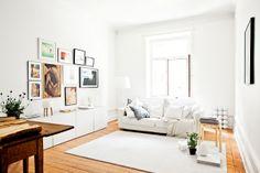 suelo de madera natrual y muebles blancos