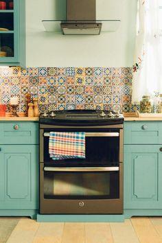 Piastrelle di colore grigio per cucina con mobili in legno ...