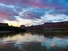 Een mooie zonsondergang op de Colorado rivier. Dit hadden we nooit meegemaakt als we niet waren gestrand met onze boot tijdens een `korte` tocht door het Canyon landschap. Met het hele reisgezelschap overnachten op de boot. Een bijzondere ervaring. Meer weten over deze bestemming? http://to.kras.nl/pinterest_verenigde-staten
