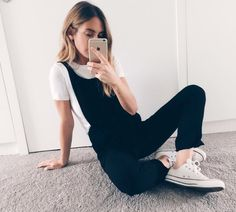 Combinaison style salopette noire + Converse basses blanches. Acheter le look : http://www.taaora.fr/blog/post/look-combinaison-style-salopette-noire-converse-blanches