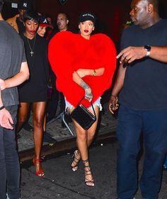 #Rihanna ist zwar frischverliebt in Rapper Drake, dass sie ihren Gefühlena aber gleich mit einem so extravaganten Outfit Ausdruck verleiht, überrascht dann doch. In dem plüschigen Cape in Herzform zog die Sängerin mal wieder alle Blicke auf sich.  #StarStyle