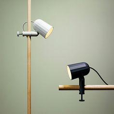 Noc Light, en vacker och väl genomarbetad klämlampa med fasetterad skärm i gjuten aluminium från wrong.london i samarbete med HAY. Tack vare dubbla justeringsmöjligheter kan ljuset riktas åt det håll du önskar. Noc Light är formgiven av den Londonbaserade designstudion SmithMatthias och finns i två färger.