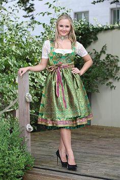 Der Trend geht zu Dirndl, die das Knie bedecken und zu Kropfketten von RiemenSchneider Schmuckmanufaktur unter www.riemenschneider-manufaktur.de Das Model Playmate Annetta Negare in Anina W