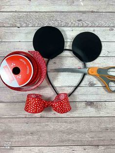 Make these DIY Minnie Mouse ears or DIY Mickey Mouse ears with paper plates and five minutes! Mickey Mouse Costume, Mickey Mouse Ears Headband, Minnie Mouse Bow, Abc Costumes, Woman Costumes, Disney Costumes, Adult Costumes, Headband Crafts, Ear Headbands