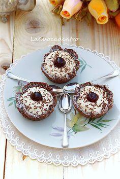 Cestini al cioccolato, ripieni di chantilly alla vaniglia e amarene – La Cuoca Dentro