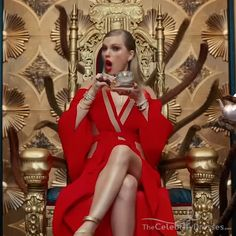 "Taylor Swift's ""Look What You Made Me Do"" music video just debuted during the 2017 MTV VMAs! Taylor is wearing a killer red wrap cut out dress with long sleeves in a ravishing red shade. Taylor Swift Outfits, Taylor Swift Hot, Taylor Swift Style, Taylor Swift 2017, Taylor Swift Fearless, Red Taylor, Taylor Swift Wallpaper, Taylor Swift Halloween Costume, Halloween Costumes"