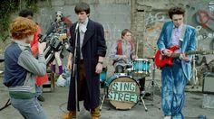 Nel #film #SingStreet viene narrata la #storia di un quattordicenne di #Dublino che sta attraversando un momento molto difficile. Il legame con la bellissima #Raphina sarà la sua benedizione: per riuscire a conoscerla meglio e a conquistarla fonda una band, e da lì inizia un vero e proprio turbinio di #avventure. #magia #musica