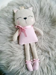 Create adorable 4 inch tall kitty dolls with choice of outfits from the little cloth dress, overalls, or a felt dress thatPdf sewing pattern for blank cat doll f Doll Sewing Patterns, Sewing Dolls, Embroidery Patterns, Machine Embroidery, Fabric Toys, Fabric Crafts, Sewing Crafts, Sewing Projects, Cat Doll