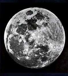 John William Draper produziu a primeira fotografia da lua em 1840, usando o processo daguerreótipo, criado por Louis-Jacques-Mandé Daguerre.