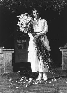 Karen Blixen with lilies on Easter Day Karen Blixen, Vintage Photographs, Vintage Images, Tales Of Destiny, In And Out Movie, Famous Photos, Writers And Poets, Out Of Africa, Africa Fashion