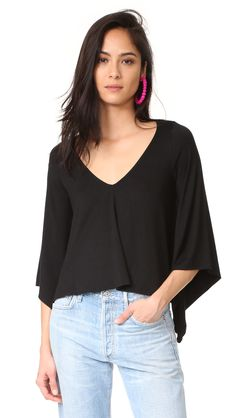 ¡Cómpralo ya!. Rachel Pally Jud Top - Black. This scoop neck Rachel Pally crop top has a comfortable fit. Flared long sleeves. Fabric: Jersey. 92% modal/8% spandex. Dry clean. Made in the USA. Measurements Length: 19in / 48cm, from shoulder Measurements from size S. Available sizes: L , topcorto, croptops, croptop, croptops, croptop, topcrop, topscrops, cropped, topbailarina, corto, camisolacorta, crop, croppedt-shirt, kurzestop, topcorto, topcourt, topcorto, cortos. Top corto  de mujer…