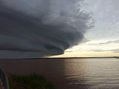 Vi esta foto impresionante de Posadas y hay otra igual de Gualeguaychú y pensé que nos dice el cielo... además del cambio climático. O tengo mucha imaginación o las nubes me hablan....
