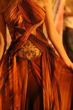 Farb-und Stilberatung mit www.farben-reich.com - Copper loveliness. I love the way the fabric crosses over like that., it gives the dress so many dimensions and depth. Very creative.