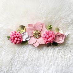 Artículos similares a Corona de flor de fieltro / / Blush, Coral, venda oro / / flores de Baker en Etsy