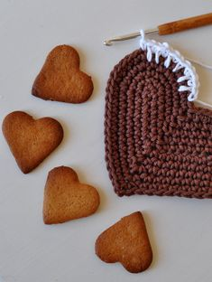 Lucka 6: Virka ett pepparkakshjärta Crochet Food, Crochet For Kids, Diy Crochet, All Things Christmas, Christmas Time, Crochet Stitches, Crochet Patterns, Textiles, Christmas Knitting