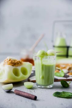 This Melon Spinach Smoothie is creamy, has a hint of sweetness and had only 6 INGREDIENTS. It's a quick blend and gets ready. Mint Smoothie, Detox Smoothie Recipes, Ginger Smoothie, Smoothies With Almond Milk, Healthy Green Smoothies, Yummy Smoothies, Healthy Fruits, Fruit List