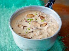 Selbst gekochte Champignon-Rahmsoße schmeckt zu Pasta, Fleisch, Fisch und Kartoffeln. Wir zeigen dir das Allround-Rezept Schritt-für-Schritt.