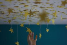 I did this in my childhood bedrooms with glow in the dark stars . String them at different lengths! It really looks cool all 3 dimensional and glowing. Hickmon You should do this in Matt's room! Ravenclaw, My New Room, My Room, Kids Crafts, Family Crafts, Zack E Cody, All The Bright Places, Dark Star, Idee Diy