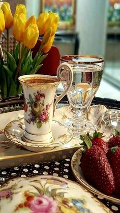 China Tea Cup with Gold Trim & Chrystal water Goblet trimmed in gold. A setting for having afternoon English tea. Coffee Love, Coffee Break, Morning Coffee, Coffee Cups, Tea Cups, Coffee Coffee, Buenos Dias Baby, Café Chocolate, Pause Café