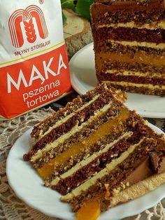 Tort składający się z kilku warstw. Biszkopty kakaowe i bakaliowe przełożyłam budyniową masą brzoskwiniową, a środek wypełniłam musem z brzoskwiń. To ciekawe zestawienie smaków, inspirowane cias…