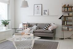Vaihtelevasti Valkoista / Living room / Bertoia Diamond / Valanti / Tikau / String system / Louis Poulsen Aj floor / Artemide Tolomeo