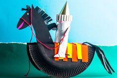 Aus einem Pappteller und einer Klopapierrolle können Sie mit Ihrem Kind einen Ritter auf seinem Pferd basteln.