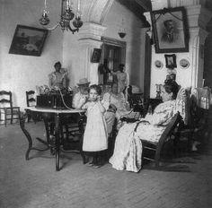 Una familia en el interior de su residencia en Puerto Rico (1898)