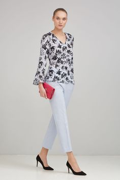 Pedro del Hierro Blusa seda estampada Azul Moda Outfits, Shirt Blouses, Shirts, Blusher, Healthy People 2020, Work Wear, Capri Pants, Dressing, Chic