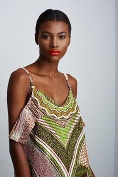 C'est une collection absolument magnifique que nous offre la marqueLisa Folawiyo. Elle y met en avant différents imprimés wax vibrants et colorés auxquels sont rajoutés des décorations assez inattendues: perles incrustées, paillettes, pompoms,… Cette marque de luxe créée par la nigériane du même nom se distingue par son esthétique épurée et ses coupes longilignes et ...