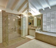 Salle de bain en #Valverde, #dalles, murs et murs de douche à l'Italienne. By #pierreportugal