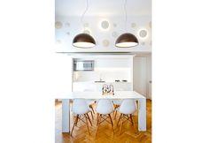 La cucina, totalmente richiudibile, può sparire alla vista, lasciando maggiormente ordinata la zona giorno. http://www.elledecor.it/architettura/casa-su-due-livelli-Milano-Disegnoinopera#6