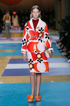 The complete Miu Miu Spring 2017 Ready-to-Wear fashion show now on Vogue Runway. Fashion 2017, Runway Fashion, High Fashion, Fashion Show, Fashion Design, Haute Couture Style, Miu Miu, Autumn Winter Fashion, Spring Fashion