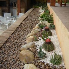 Como decorar o jardim com pedras. O jardim é a área exterior de uma casa, na qual os moradores podem passar algum tempo ao ar livre, se dedicar à jardinagem e decorar o espaço em redor da habitação. Existem vários estilos de jardim po...