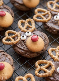 These reindeer cookies are easy to make and so adorable! They're the cutest Christmas cookies! How darling are these reindeer cookies? Cute Christmas Cookies, Christmas Dishes, Christmas Snacks, Xmas Food, Christmas Cooking, Noel Christmas, Oreo Cookies, Holiday Cookies, Holiday Treats