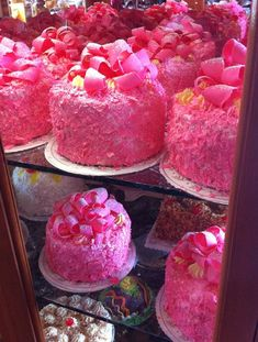 Californie, Madonna Inn et Santa Barbara. Santa Barbara, Madonna, Pink Champagne Cake, Pink Foods, Dim Sum, Food To Make, Cake Recipes, Raspberry, Wedding Cakes