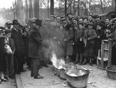 15 april 1936 - Het traditionele verbranden v/h oude brood te Amsterdam. Inzet van het Joodse Paasfeest.