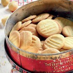 """Soetkoekies - """"Dié resep kom van my skoondogter Yolande se ouma Anna. Die deeg moet oornag in die yskas rus,"""" sê tannie Poppie Coetzer. My Recipes, Sweet Recipes, Baking Recipes, Cookie Recipes, Favorite Recipes, Recipies, Eggless Recipes, Oven Recipes, Cookie Desserts"""