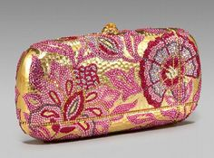 The perfumer behind Judith Leiber Topaz is Hugh Spencer. Topaz works from an opulent oud base which is adorned with fruity floral bling. Beaded Purses, Beaded Bags, Judith Leiber, Popular Handbags, Cheap Bags, Vintage Purses, Beautiful Bags, Evening Bags, Evening Clutches