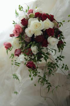 ナチュラルクラッチブーケ 軽井沢万平ホテル様へ ボルドーと白で : 一会 ウエディングの花