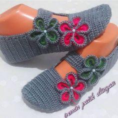 Eşsiz Tasarımları ile 35 Patik Örgü Modelleri We think that tattooing can be quite a method that's been used since … Crochet Slipper Boots, Knit Shoes, Knitted Slippers, Crochet Shoes, Crochet Clothes, Crochet Ripple, Crochet Baby, Knit Crochet, Free Crochet