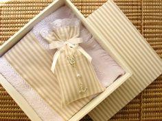 Linda caixa em mdf forrada com tecido Acompanha toalhinha de mão e sachê personalizado com mini terço R$ 35,00