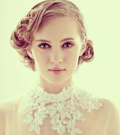 ハイネックドレスにぴったり!アクセを使わず毛流れだけでスタイルを出す☆ ショートヘアで作るウェディングドレスに合う髪型一覧。ウェディングドレス・カラードレス・花嫁衣装の髪型まとめ。
