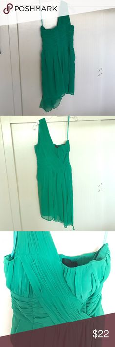 H&M Green One Shoulder Party Dress This beautiful Emerald Green party dress is great for a night out. Never worn, new with tags. For my fellow cosplayers, it could also be used for a Tinker Bell costume. H&M Dresses One Shoulder