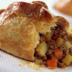 This is a good old fashion pasty that brings back fond memories of family holidays spent in Cornwall when I was growing up. In the century it was a staple diet for working men, like Miners & Farm Workers, across Cornwall because of its size & shape, Short Pastry, Simply Yummy, The Best, Brunch, Cooking Recipes, English Food Recipes, Mini Pie Recipes, Russian Recipes, Turkish Recipes