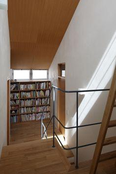 踊り場に本棚がある階段。 居室を1回り小さくしてもライブラリがある方が豊かな空間になるように思える。 Nook, Stairs, Shelves, Interior, House, Home Decor, Nooks, Stairway, Shelving