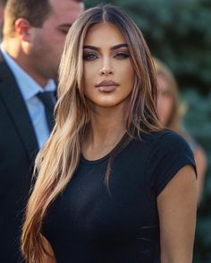 Kim with light brown hair 😍🔥. Kim Kardashian Cabelo, Look Kim Kardashian, Kim Kardashian Hairstyles, Kardashian Wedding, Kim Kardashian Highlights, Kardashian Nails, Brown Hair With Highlights, Brown To Blonde, Blonde Ombre