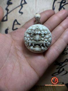 pendentif Feng- shui. amulette de protection Taoïste. Démon gardien en bois de cerf. Entièrement réalisé à la main par maitre sculpteur Feng Shui Jewellery, Jewelry, Deer Antlers, Pendant, Hands, Jewlery, Jewerly, Schmuck, Jewels