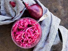 Marinoitu punasipuli on maukas lisäke monelle ruoalle Lue käyttövinkit ja helppo resepti! Hummus, Vegetables, Food, Essen, Vegetable Recipes, Meals, Yemek, Veggies, Eten